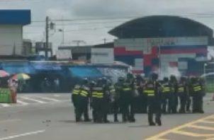 Unidades de Control de Multitudes dispararon gases lacrimógenos en contra de los manifestantes, mientras estos respondieron con palos, piedras y fuegos pirotécnicos, lo que dejó como resultado dos unidades ticas heridas.