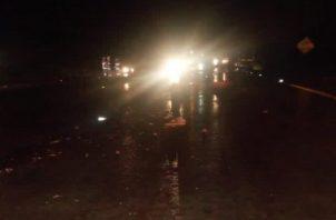 El accidente se registró cerca de las 8:00 p.m. de este lunes, mientras caía un fuerte aguacero.