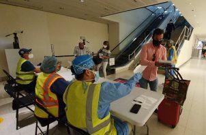 El personal del Minsa verifica documentos y realiza control de temperatura en el Aeropuerto Internacional de Tocumen.