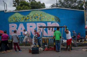 Vendedores informales son vistos en una calle, el 06 de noviembre de 2020, en Caracas