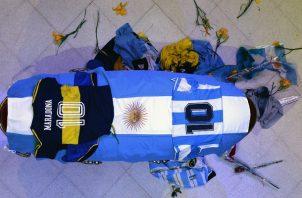 Vista del cajón cerrado donde yace Maradona. Foto:EFE