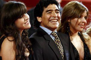 Diego Maradona (cent.) con sus hijos con Dalma (der.) y Giannina (izq.). Foto:EFE
