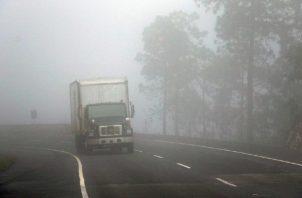 Miles de damnificados que dejaron las tormentas Iota y Eta en el norte de Honduras sobreviven en las medianas de autopistas. Foto:EFE