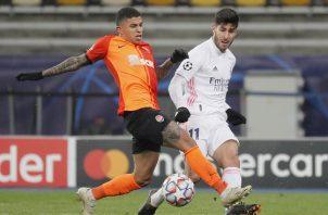 Dentinho del Shakhtar (izq.) disputa el balón contra Marco Asensio del Real Madrid. Foto:EFE