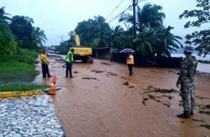 Desde el lunes 30 de noviembre hasta el martes 1 de diciembre, las lluvias provocaron deslizamientos de tierra en las carreteras, caída de árboles e inundaciones que afectaron varias viviendas en Colón.