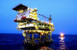 Vista de una plataforma de exploración del gigante petrolero CNOOC en China. EFE/Ding Jianzhou/Archivo