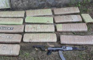 Drogas y armas encontradas en un herbazal en el sector de San Isidro.