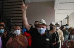 Ricardo Martinelli (negro) ha recibido el apoyo de miles de panameños en la formación de su nuevo partido Realizando Metas. Archivo