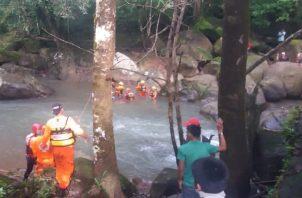 Rescatistas del Sinaproc ubicaron el pasado 3 de diciembre los cuerpos sin vida de dos menores de edad reportados como desaparecidos por causa de una creciente en el Río Jacaque. Foto cortesía Sinaproc