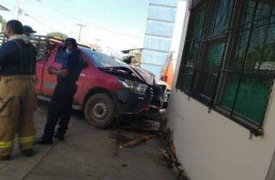El accidente de tránsito fue captado por la cámara de seguridad de un local comercial y circulado por redes sociales.
