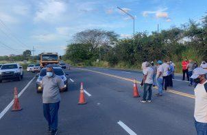 El grupo de transportistas accedió a abrir la vía e instalar una mesa de diálogo con la ATTT.