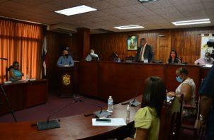 Omar Sugasti ante el Consejo Municipal de La Chorrera, adversando las nuevas medidas sanitarias. Foto: Eric A. Montenegro
