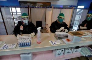 A nivel global la pandemia vuelve a mostrarse en fase ascendente. EFE