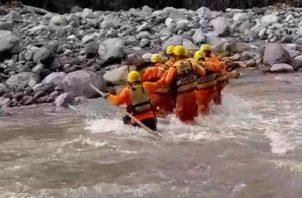 El pasado 3 de diciembre los equipos de rescate que trabajan en los operativos de búsqueda ubicaron un abrigo rojo y un celularl ambos objetos fueron identificados por los familiares de Iveth Alvarado.