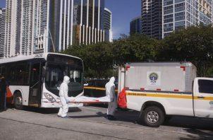 La persona que falleció dentro del metrobús recibió un ataque con arma blanca. Foto: Víctor Arosemena