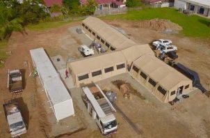 La estructura está dividida en cinco módulos, cuatro de ellos con capacidad para 40 camas hospitalarias y una estación central para enfermería.
