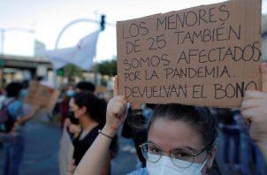 Los jóvenes se manifestaron el lunes frente a la Asamblea Nacional. Foto de EFE