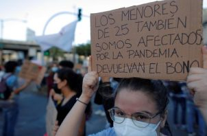 Los jóvenes se manifestaron el lunes frente a la Asamblea Nacional. Foto: EFE