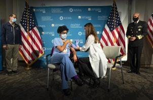 Personal de Salud en Estados Unidos es vacunado contra la COVID-19. Foto: EFE