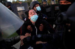 La estudiante universitaria Ileana Corea recibió varios golpes en la cara por una unidad policial durante la protesta. Foto: EFE