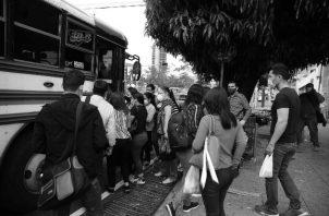 Dónde están las autoridades de la ATTT con relación al transporte colectivo. No se imponen las medidas de bioseguridad ni distanciamiento social en sus transportes.Foto: EFE.