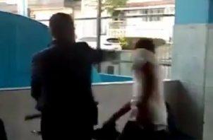 El ciudadano que grababa le dijo a los seguridad que eran abusivos y que no intentara pegarle.