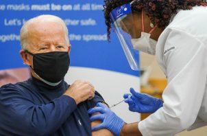 Jill Biden se puso la primera dosis antes que el presidente electo de los Estados Unidos.