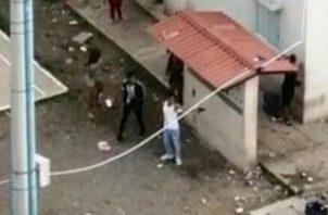 La policía capturó a una persona con un arma.