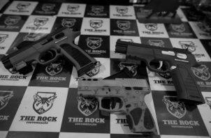 Cada arma recuperada podría salvar hasta cinco vidas. Las autoridades deben peinar casas por casa, los lugares en donde se registran balaceras para sacar de circulación las armas que aterrorizan a los buenos vecinos. Foto:EFE.