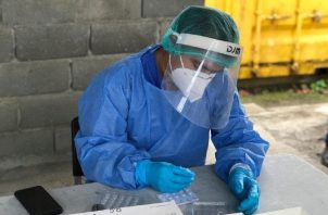 Se han realizado 1 millón 259 mil 828 pruebas. Este funcionario procesa una realizada en Bocas del Toro. Foto de cortesía