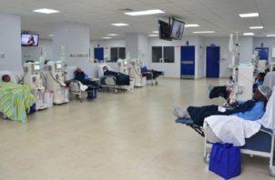 La mayoría de los pacientes que se atienden en hemodiális se traslada en transporte colectivo. Foto de archivo