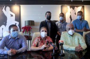 Miembros de la junta directiva de Realizando Metas ayer durante la conferencia de prensa.
