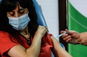Una mujer es vacunada hoy contra la COVID-19 con la Sputnik-V en el Hospital Fiorito, en Avellaneda, Argentina. Foto: EFE