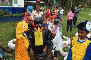 La pandemia del coronavirus impidió este año que los niños enseñaran sus disfraces de Aulas Verdes en sus escuelas. Fotos cortesía Aulas Verdes