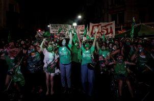 Cientos de miles de personas festejan la despenalización del aborto en Argentina. Foto: EFE