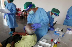 Los inspectores de la región de Salud de Herrera, bajo la coordinación de la dirección provincial a cargo del doctor Luis Pérez, realizaron la verificación de la correcta implementación del protocolo de desinfección de áreas comunes y limpieza general.
