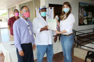 ELa entrega de los cheques se hizo respetando la bioseguridad. Foto: Cortesía