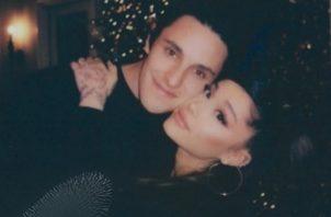 Ariana Grande y su prometido. Foto: Instagram
