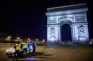 Endurecen toque de queda en Francia.
