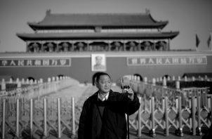 Un hombre se toma una foto en frente de las puertas de la torre de Tiananmen, Pekin, situada en el extremo norte de la Plaza del mismo nombre, durante las vacaciones de año nuevo en China. Foto:EFE.