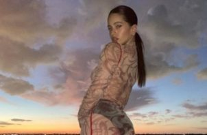 Rosalía muestra sus sandalias. Foto: Instagram