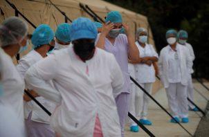 Los profesionales de la salud en Panamá no bajan la guardia en la lucha contra el coronavirus. Foto: EFE