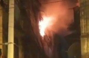 Los bomberos procedieron a sofocar el siniestro. Foto: Diómedes Sánchez S.