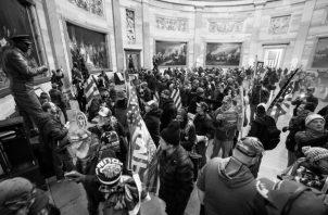 El miércoles, durante la sesión de conteo de los votos del colegio electoral, seguidores de Donald Trump lograron entrar al Capitolio para interrumpir la certificación de la elección de Joe Biden como nuevo presidente de Estados Unidos. Foto: EFE.