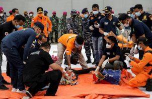 El avión, un Boeing 737-524 matriculado en 1994, se estrelló en el Mar de Java después de haber despegado del Aeropuerto Internacional Sukarno-Hatta. Foto:EFE