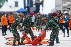 Equipos de rescate de Indonesia siguen recuperando los cuerpos que estaban en el avión. Foto: EFE