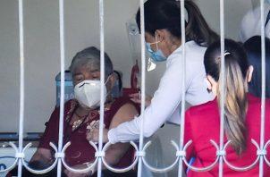 Costa Rica espera haber vacunado a finales del 2021 a la totalidad de la población adulta del país. Foto: EFE