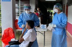 El Equipo de Respuesta Rápidase trasladó a la Facultadde Enfermería de la UP en Bocas del Toro para hacer hisopados.