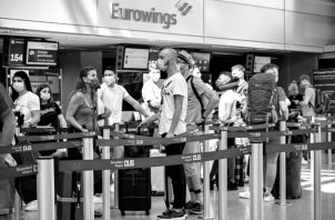 Un estudio de IATA refleja que el viajar por avión no aumenta las posibilidades de contagio, aunque siempre las aglomeraciones en los aeropuertos son tema de cuidado. Foto: EFE.
