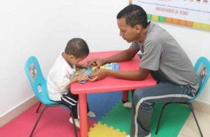 Con la estimulación se busca potenciar las capacidades y destrezas que muestra el niño. Foto: IPHE